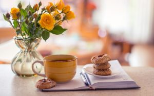 27-02-17-vase-roses-yellow-notepad-cup-tea-biscuits15142