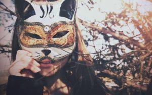 27-02-17-brunette-girl-mask-cat14219