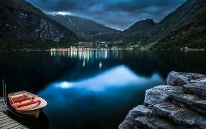---boat-on-lake-7400